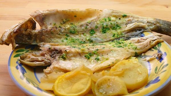 Plato de lubina al horno con patatas