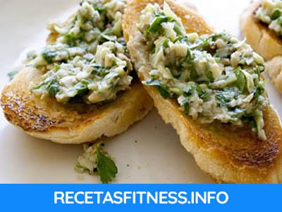 Tostada de pate de alcachofas con nueces